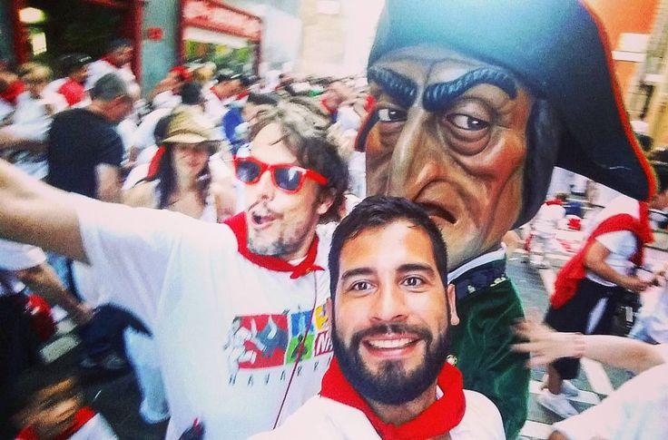 Caravinagre al fondo! @mochilerostv y  @muchamochila en directo desde los San Fermines! #muchamochila @iosulopez