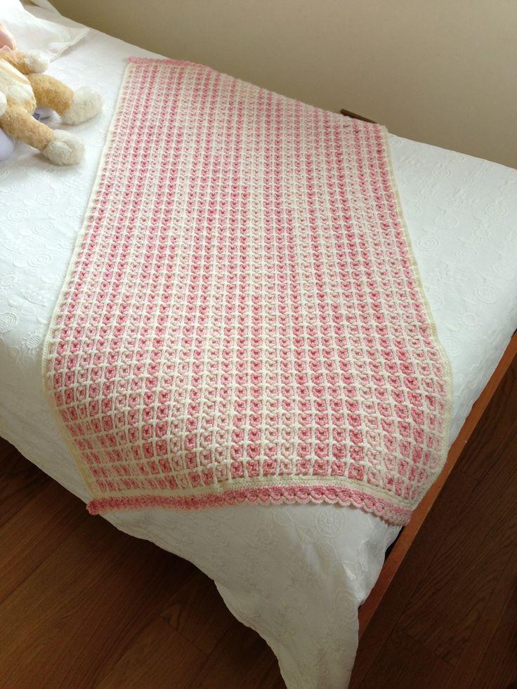 Pie de cama tejido a crochet en lana. Orilla en punto piña