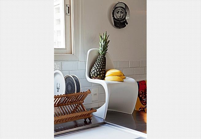 A minicadeira Panton assume a função de fruteira sobre a bancada de inox da cozinha do arquiteto Maurício Arruda