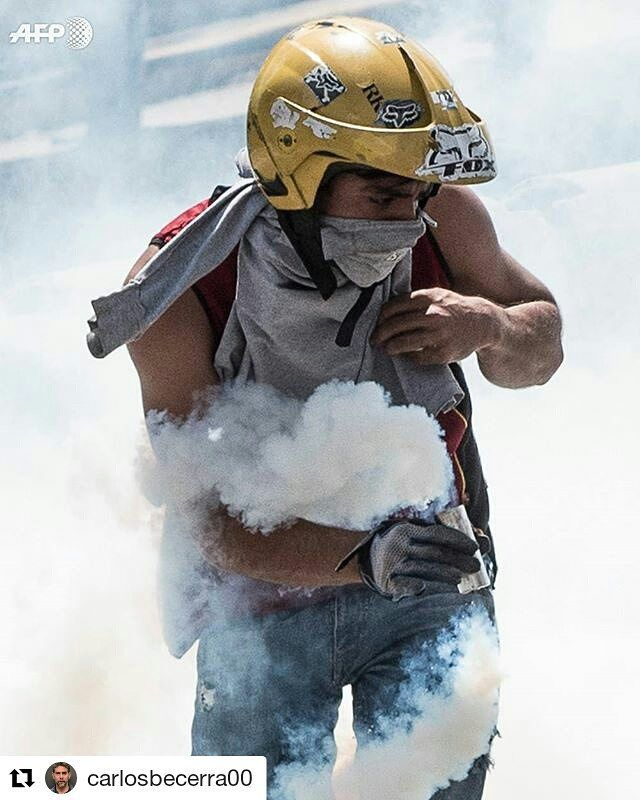 Foto de @carlosbecerra00 Frente a las autoridades que deberían resguardarnos #ccs #caracas #caracascamina  Av Libertador | 8 Abril |  #Caracas #Venezuela #afp #photojournalism #onassingment