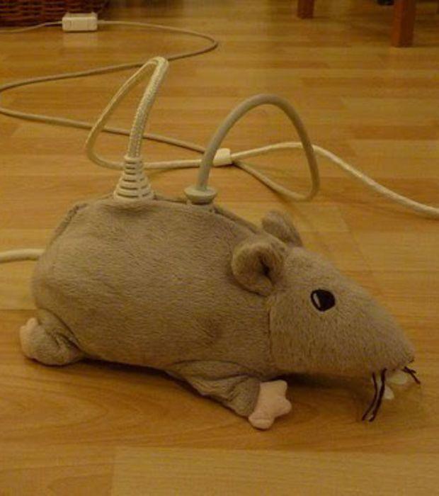 Ikea Hackers : Une peluche en forme de souris servant ici à cacher les fils de cette installation électrique