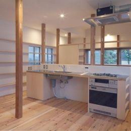 『矢来の家(減築)』過去の記憶や温もりを残す減築リフォームの部屋 シンプルなキッチン