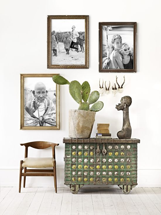 Combination of classic golden frames and black&white photos without passepartout
