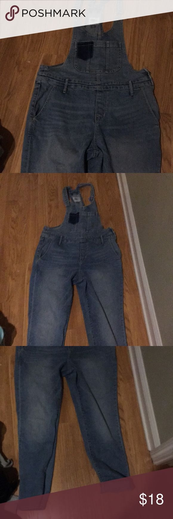 Old navy overalls-skinny Light wash old navy overalls size 6! Super cute and worn once. Skinny Old Navy Jeans Overalls