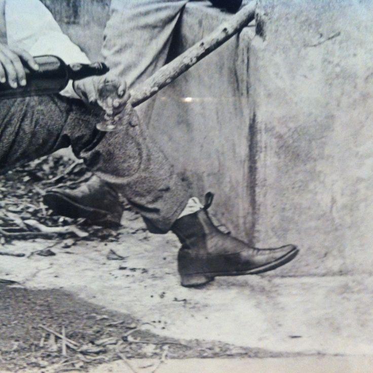 Detalhe de uma foto de Alberto de Sampaio, que fez registros do seu cotidiano no Rio de Janeiro a partir do final do século XIX - a icônica bota Chelsea já tinha sido adotada pelos brasileiros desde essa época!  Fotografia 'Pic-Nic na Gávea' de 1888, da exposição 'Lentes da Memória: a descoberta da fotografia de Alberto de Sampaio.