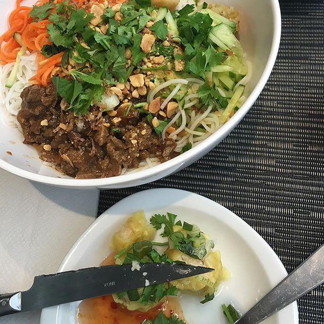 BÒ-BÙN   #me #myself #mood #moodday #goodvibes #chillin #bobun #paris #ravioli #heathly #parisienne #eat #love #french #blog #mama #food #vietnamien #thaïlandais #lifestyle #styledevie #yummy #Instagram #drink #happy #spring #saturday #samedi #decouverte #restaurant 😍😩😊🍜🍱🍹