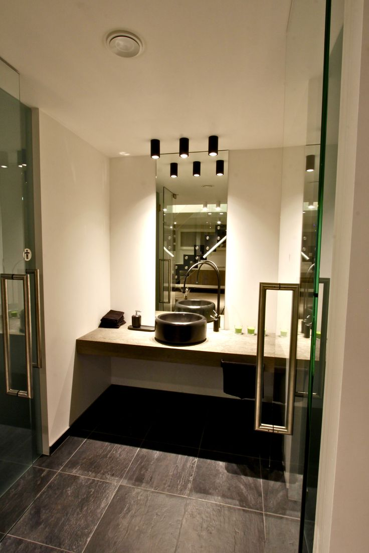 Handwasser #Gessi Goccia. Verlichting Tal nv - Spina black. Vloertegel #Rex Ardoise Dordogne nero (black) - Spiegel en deuren door Antoonsglas - Jan De Roeck #Lochristi