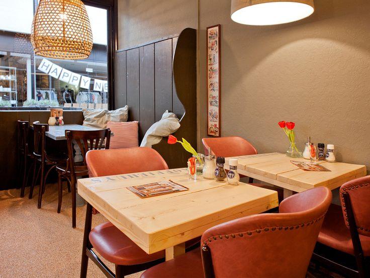 Een gezellig café met een mix van horeca meubilair. Heel betaalbaar via Goesten…