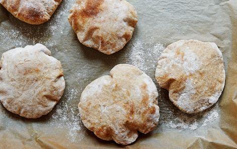 Rug-pitabrød. Uhm! Hjemmebagte pitabrød af den grove slags: Det er både nemt og sjovt at bage dem selv.