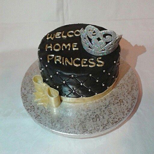 Torta per il rientro di una studentessa dall'erasmus decorata con effetto trapunta nero, fiocco e scritta Welcome Home Princess glitter oro e coroncina glitter argento.  Princess cake