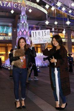 11月15日七五三数え年で男の子は3歳と5歳女の子は3歳と7歳のときその成長を祝い神社に参詣する行事で公家や武家での習慣が一般化したものです  11月15日が霜月の祭りの日にあたり吉日だったことと江戸時代徳川綱吉の子徳松の祝いがこの日に行われたことからといわれています   さて本日の美人カレンダーは三重県在住のりおなさん21とあやかさん21です  詳しくはQBC 九州ビジネスチャンネルをご覧ください