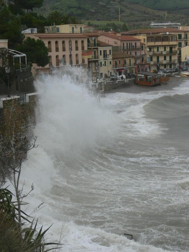 Mare forza 8, Isola d'Elba, Porto Azzurro 11 Novembre 2008.  di Sergio De Pietro