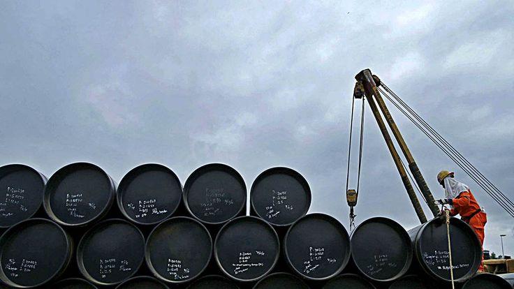 El huracán Harvey azota a las empresas petroleras y hunde los precios del oro negro