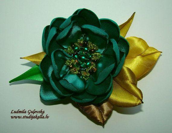 Handgemaakte smaragd groen-gele satijn bloem broche bloem