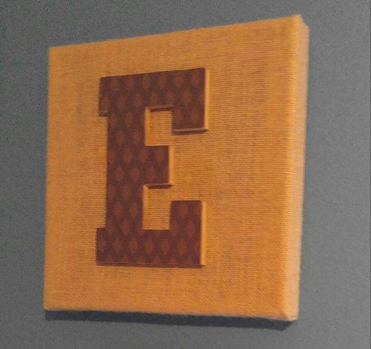 Letra sobre canvas. La letra  fue forrada con papel decorativo y luego pegada al canvas.