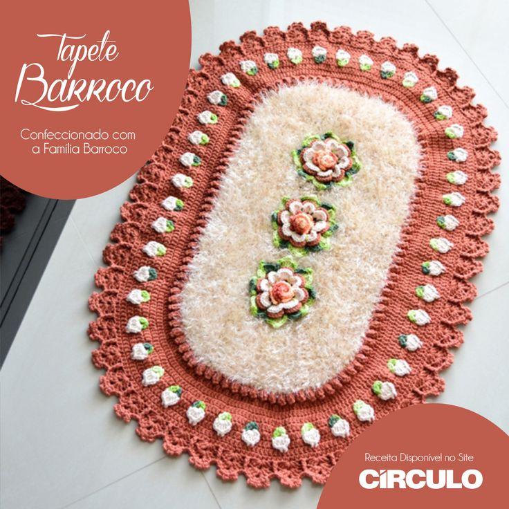 Um tapete cheio de charme em cores clássicas. Confeccionado com a família Barroco, ele encanta por sua delicadeza. Confira a receita completa clicando na foto