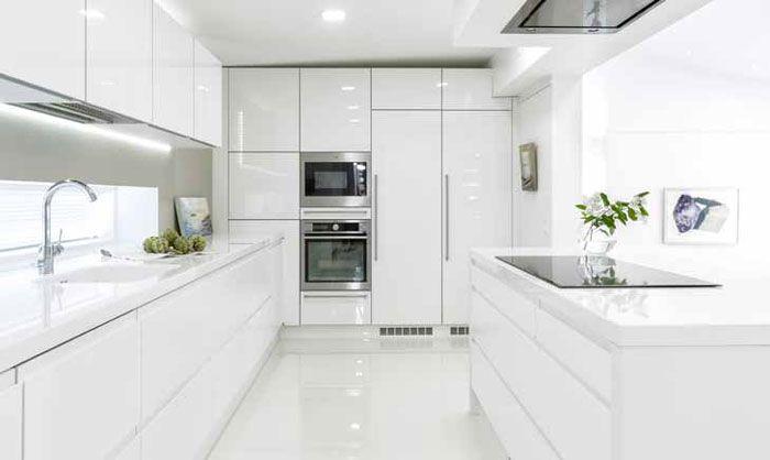 A la Carte-keittiöt malliston puhdas valkoinen kiiltävä akryyliovi Inverno luo kodille modernin keskiön.