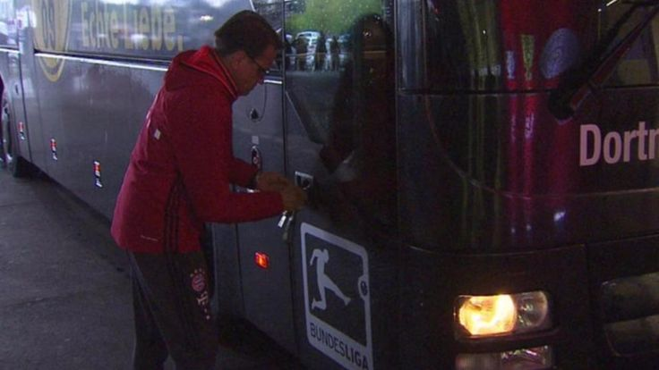 Bayerns Busfahrer Lauerbach öffnet den BVB-Bus von außen