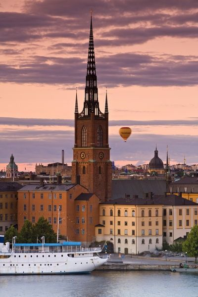 Riddarholmskyrkan i Stockholm. Riddarholmskyrkan är de svenska kungarnas gravkyrka och Stockholms enda bevarade medeltida klosterkyrka. Med drottning Kristina som enda undantag, vilar här de svenska regenterna från Gustav II Adolf (d. 1632) till Gustav V (d. 1950).  Här finns även medeltidens kungar begravda såsom Magnus Ladulås och Karl Knutson Bonde.