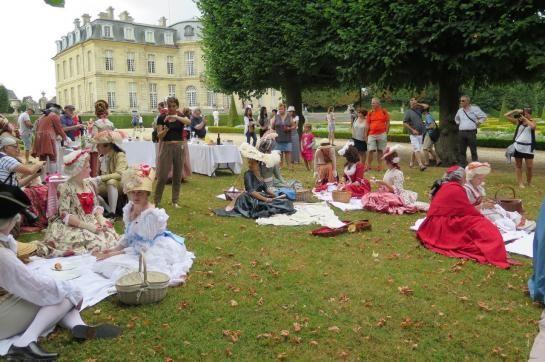 Château de Champs-sur-Marne, ce dimanche. La Compagnie de l'histoire et des arts (CHA) a revêtu ses costumes pour un pique-nique, en cette journée d'été de 1780.