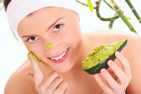 Gesichtsmaske mit Avocado gegen Falten selber machen. Hier gibt es diese und weitere Rezepte für Gesichtsmasken zum Selbermachen.