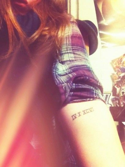 Tatuaggio numeri romani avambraccio