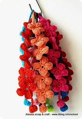 Porte-Bonheur bracelets. Tutorial, in Italian, here http://www.4blog.info/school/2012/braccialetti-portafortuna-crochet-pattern-veloce/