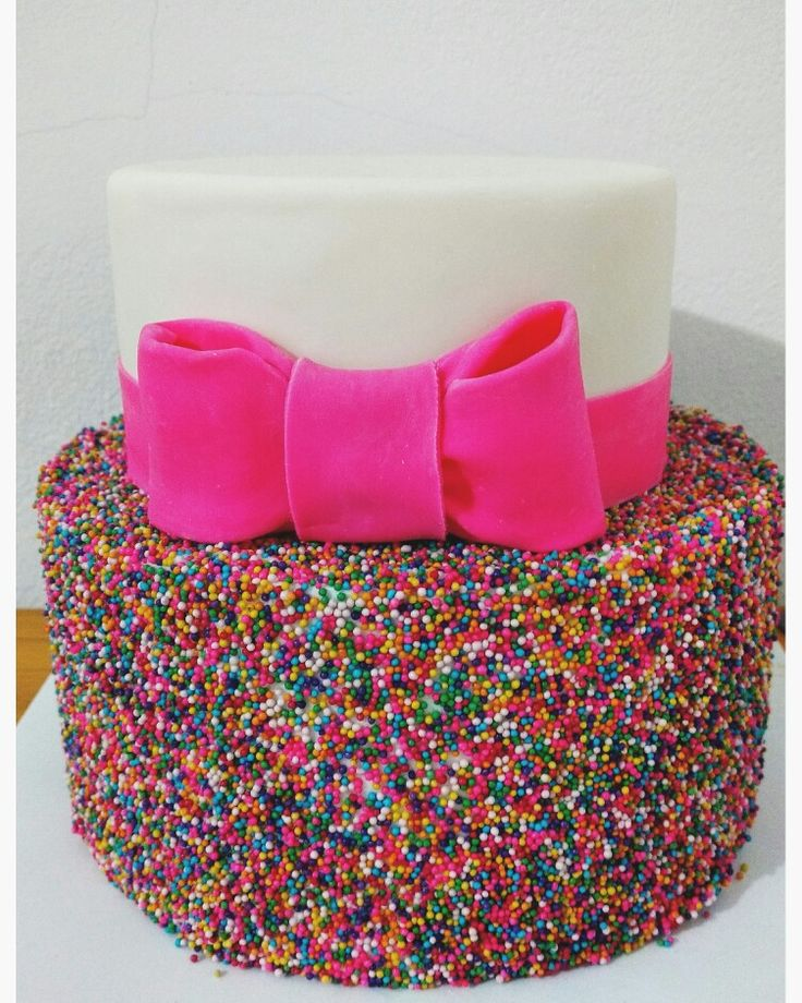 Pastel de fondat con sprinkles #cake #fondant #rainbow #funfetti #design #pink #girl @vanillapasteleriacreativa