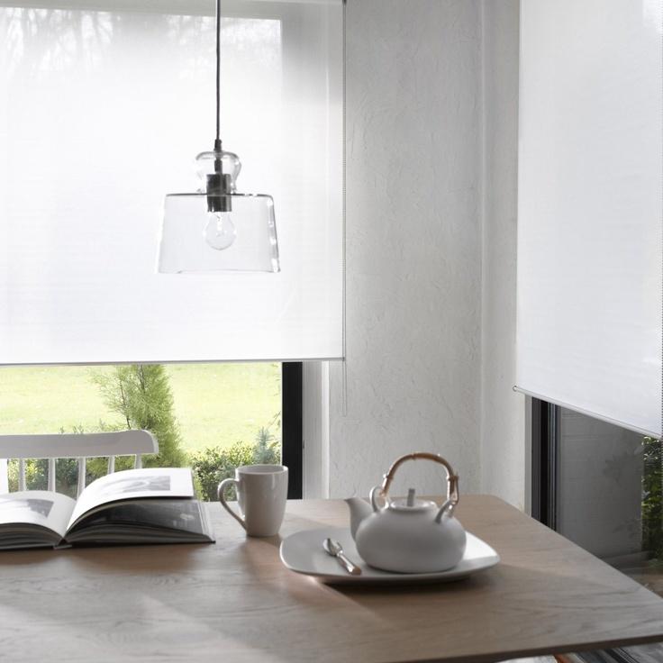 Suspension verre transparent Klara Elégance et transparence pour cette jolie suspension en verre. Ses dimensions permettent de les juxtaposer. Douille E27, ampoule 60W non fournie. Ø22, haut.20,5 cm.