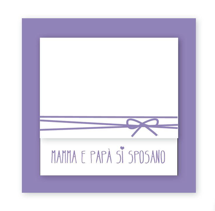 MAMMA E PAPA' SI SPOSANO - PARTECIPAZIONE FORMATA DA FONDO IN CARTONCINO COLORATO, ACCOPPIATO A QUARTINO CON APERTURA DECENTRATA IN VERTICALE. NASTRINO DECORATIVO A SCELTA