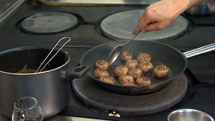 Stjernekokk Bjørn Svensson på restaurant Oscarsgate i Oslo har laget en populær ferdigrett fra Fjordland fra bunnen av: Kjøttboller med potetstappe, fløtesaus og rørte tyttebær.