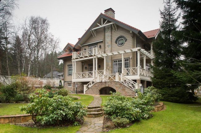 Роскошный брусчатый дом с мансардой в классическом стиле