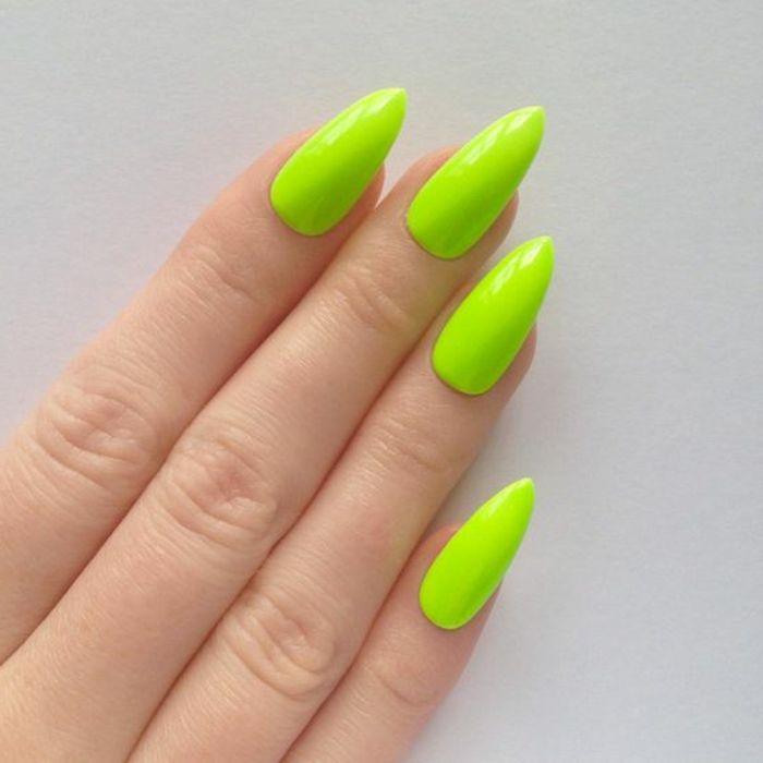 unghie-lunghe-a-punta-colore-verde-chiaro-mani-modello-senza-decorazione