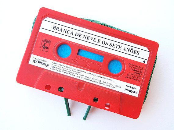Hey, I found this really awesome Etsy listing at https://www.etsy.com/listing/558804416/carteira-cassete-com-fecho-branca-de