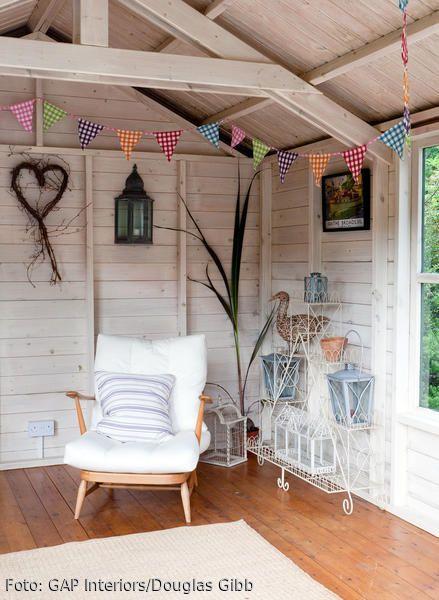 Ein Gartenhaus ist eine tolle Alternative, wenn man dem Haupthaus entfliehen möchte, es draußen aber zu kalt oder regnerisch ist. Ein gemütlicher Sessel reicht schon, um es sich hier gemütlich zu machen. Die liebevolle Deko gibt dem Gartenhaus einen wohnlichen, persönlichen Touch.