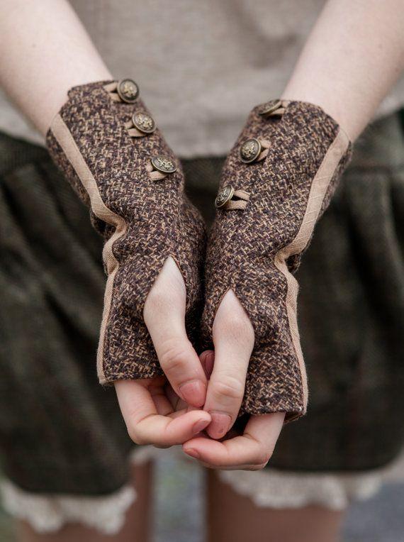 Tweed Pulswärmer mit drei Funktionstasten. <  Die Farbe ist rot und Gren überprüft  ~ Stoff und Textilien ~ Ich persönlich alle Stoffe Quelle und suchen die allerhöchste Qualität traditioneller Stil Stoffe möglich. Ich versuche meine beste Quelle das natürlichste, handgesponnene und traditionell gewebten Textilien.  Es ist schwierig für ein Foto, das Gewebe dieses schöne Tweed zu erfassen. Stoff ist aus Wolle Tweed Textil-Make up ist 70 % Wolle und 30 % Polyester Es hat eine braune…