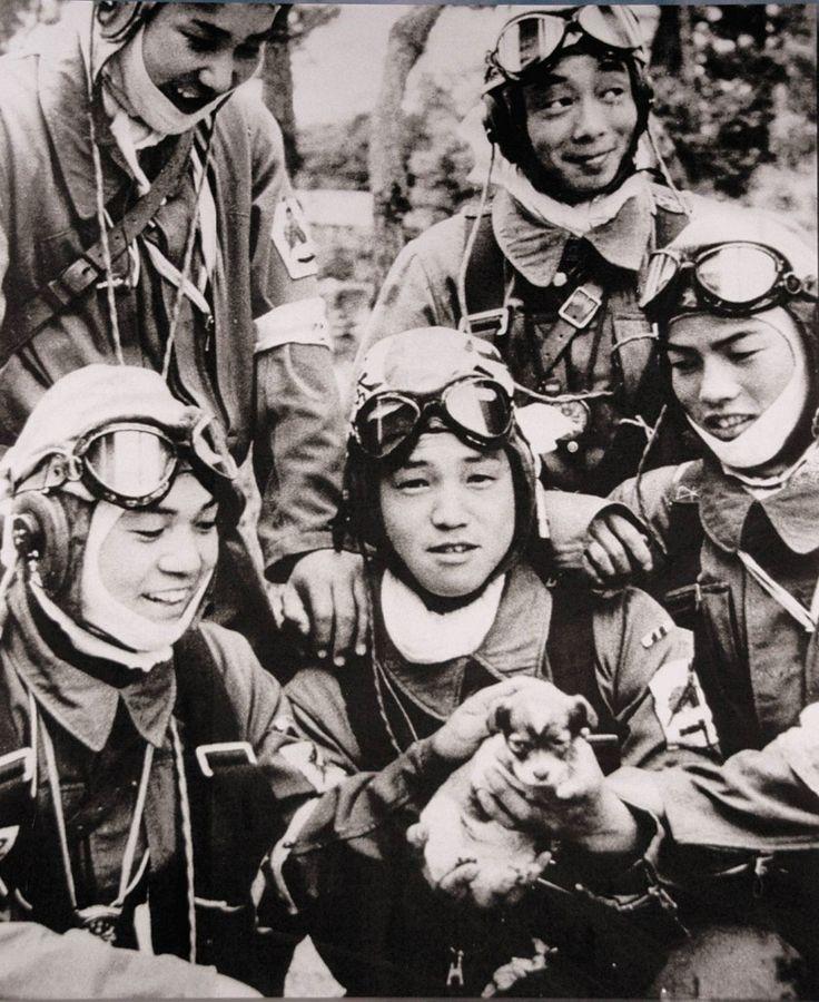 Cette photo montre le caporal Yukio Araki, 17 ans, tenant un chiot dans les bras, la veille de la mission kamikaze à Okinawa en 1945. Yukio est mort lors de cette attaque, comme tous les autres pilotes suicidaires, pratiquement tous âgés de 17 à 22 ans.