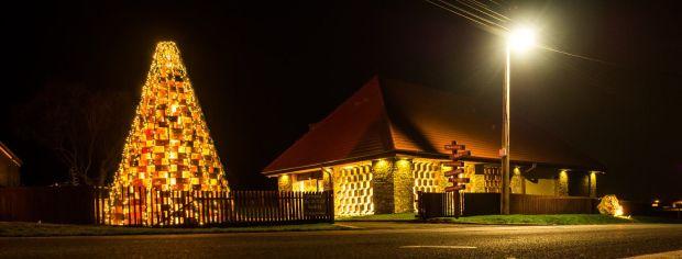 Ve Smolenicích postavili 6-metrový vánoční stromeček z úlů