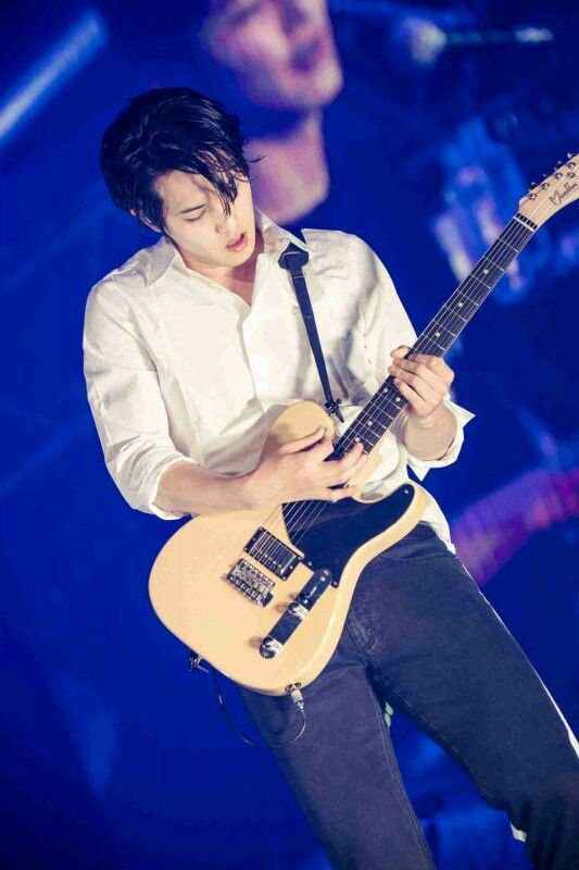 Lee Jong Hyun CNBlue looks handsome with guitar