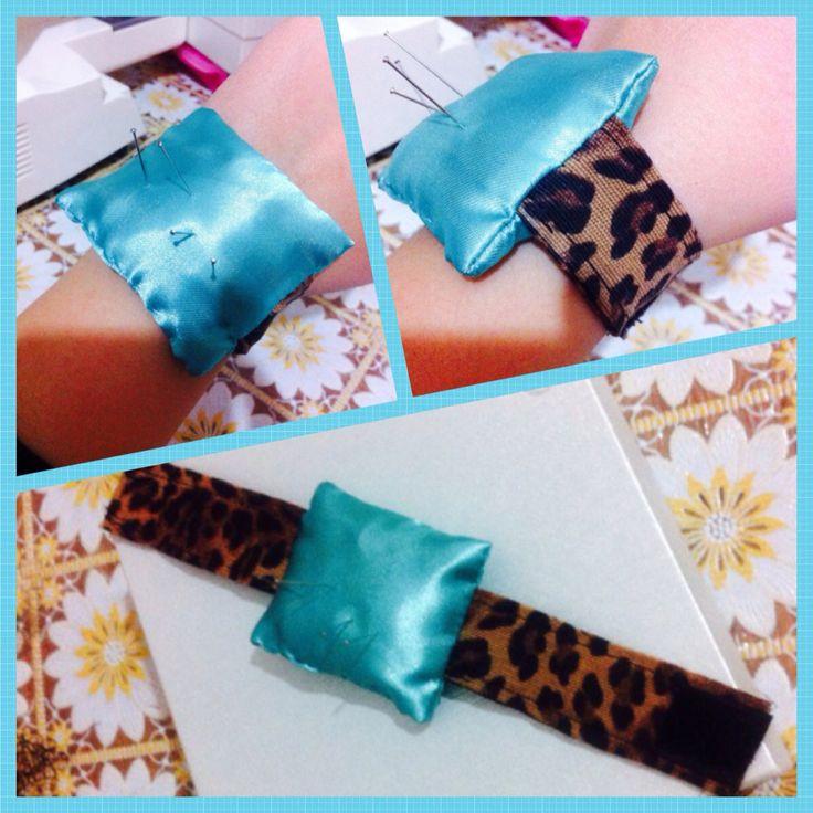 Porta spilli realizzato a mani con braccialino leopardato chiuso grazie allo strappo!