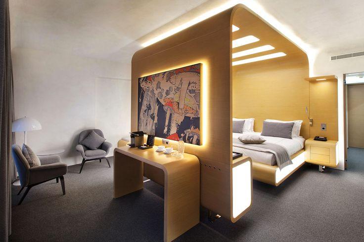 """Номер DeLuxe в отеле """"StandArt"""". Кровать-капсула по моему эскизу и неповторимая картина Стаса Трацевского."""