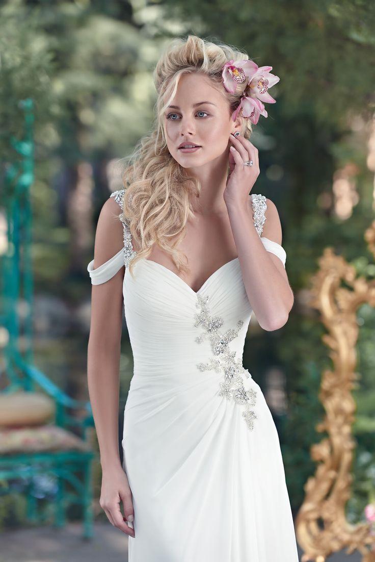 Deze prachtige trouwjurk van Maggie Sottero model Saxton valt sluik en heeft mooie elementen. De schouderbandjes zijn bewerkt met prachtige kralen die door lopen in een sexy rug. Het verrassende is desoepel vallendesleep die op de rug vast zit. Bekijk deze zeer vrouwelijke jurk bij Covers Bruidsmode.
