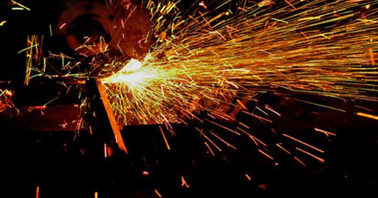 Cómo cortar lámina de acero inoxidable. El acero inoxidable es un material atractivo para la escultura de metal debido a su resistencia superior a la corrosión, flexibilidad y fuerza. Se pueden crear muchas obras de arte interesantes y duraderas cortando formas en chapa de acero inoxidable o placa. Sin embargo, dependiendo del espesor del material que se esté cortando y la complejidad ...