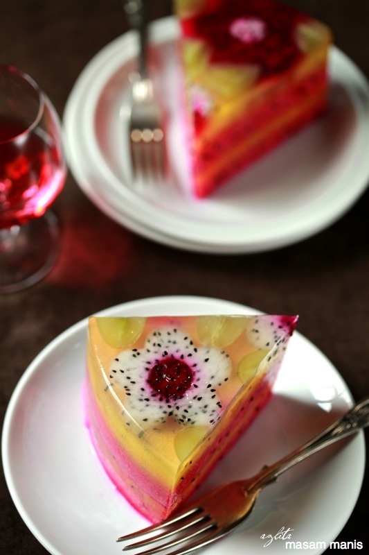 masam manis: DRAGON FRUIT DESSERT 1 packet of konnyaku jelly powder ~ ita use gelatin 180 g sugar 150 g red dragon fruit, mashed fine 750 ml water 200 ml evaporated milk 1 1/2 cup canned pineapple filling the diced small 2 pandan leaves, knotted Dragon fruit slices, for garnish Pineapple slices, for garnish Provide appropriate guidance (mat to type kecik2), browse the contents of each mold with diced pineapple that has been mentioned. Set aside. Combine sugar and konnyaku jelly powder