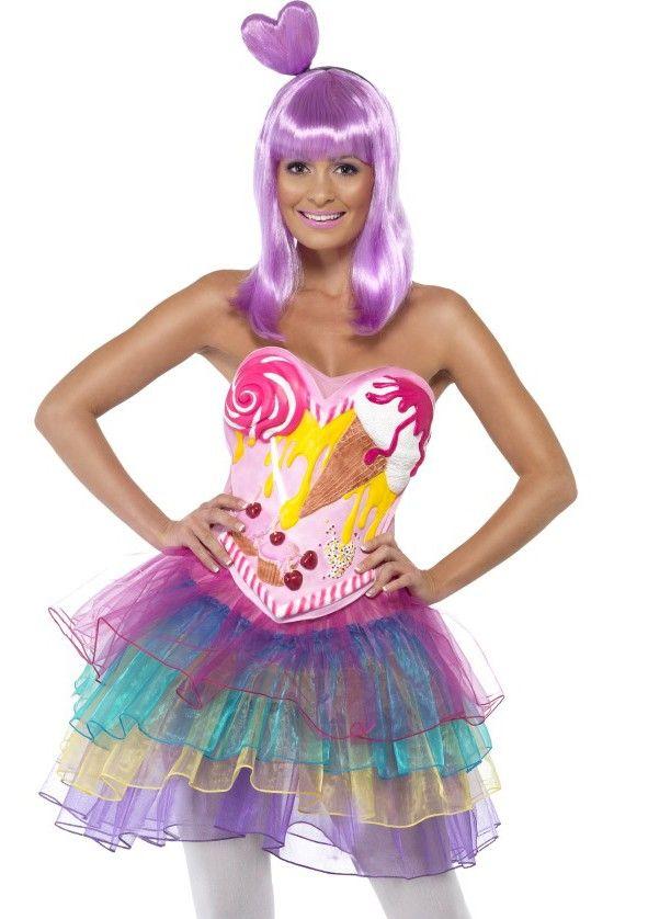 <p>Dit Candy kostuum is voor de echte zoetekauw bij carnaval of een leuk themafeest. Over het strapless jurkje met doorzichtige BH-bandjes komt het latex frontje met de icecream, lollie en cupcake's print. Het Candy kostuum heeft aan de onderkant tule in verschillende kleuren. Tip: de pruik is een hele mooie toeviging op het candy kostuum, zie onderaan deze pagina.</p><p></p><p><strong>Set bestaat uit:</strong></p><p>- Jurk met tule in verschillende kleuren</p><p>- Latex korset met snoep…