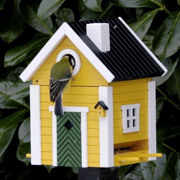 Nestkastje EN voederhuis Multiholk Villan. Dit vogelhuisje kenmerkt zich uiteraard door haar multifunctionaliteit alsvoederhuisje in de winter en nestkastje in de lente. Ontwikkeld met de expertise van erkende ornithologen.