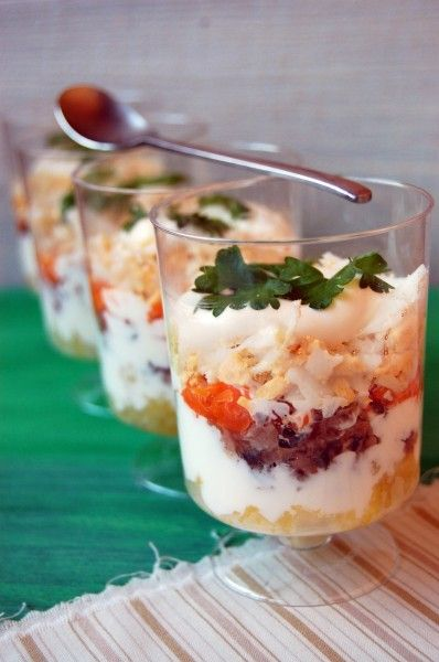 Слоеный салат с тунцом  На фото слоеный салат с тунцом: отварной картофель + отварная морковь + консервированный тунец + белок + желток.