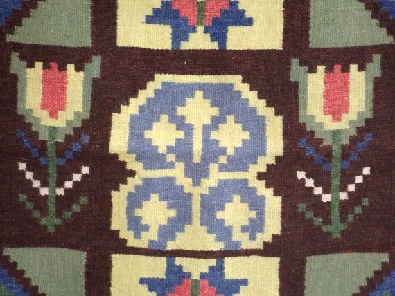 Bella rölakan intrecciato, piatto tessere lana arazzo su ordito di lino dalla Svezia con un motivo di antica e tradizionale arte popolare, probabilmente agli inizi del 1900, ma potrebbe anche essere molto più vecchio. Rölakan è una tecnica di tessitura kilim-come, le cui origini si perdono nel tempo. Non è noto dove ha avuto origine la tecnica e i modelli di base. Ma è noto che le donne di Viking tessevano Rölakan – originariamente conosciuto come rygglakan o posteriore panni – per…