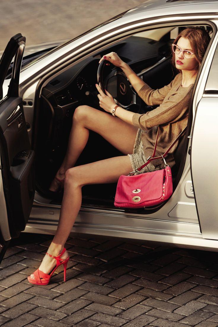 ES 300h가 제공하는 고요하고 부드러운 승차감, 그 안에서 완벽한 평온함과 안락함을 느껴볼 것.   Lexus i-Magazine Ver.4 앱 다운로드 ▶ www.lexus.co.kr/magazine  #Lexus #Magazine #ES300h #ES #Style