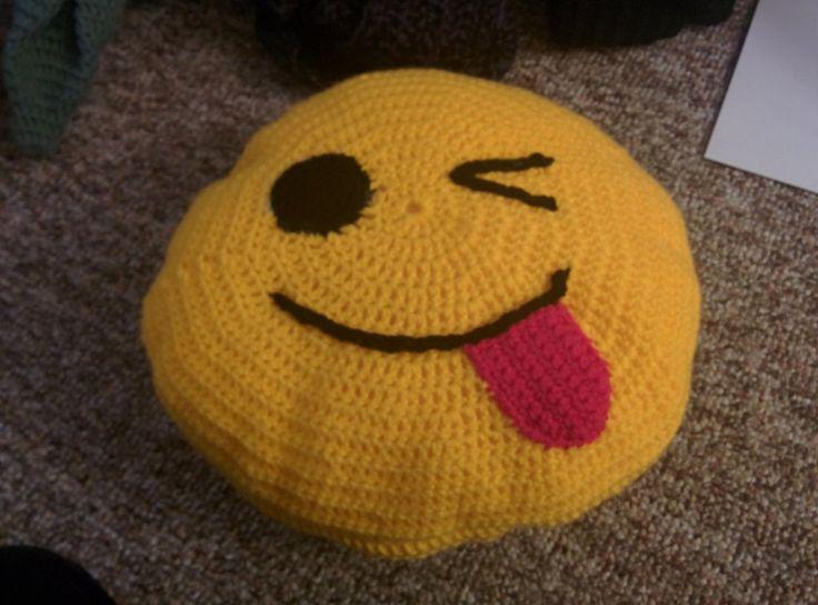 crochet_emoji_pillow_by_madbatters-d9oodoc.jpg (1024×758)